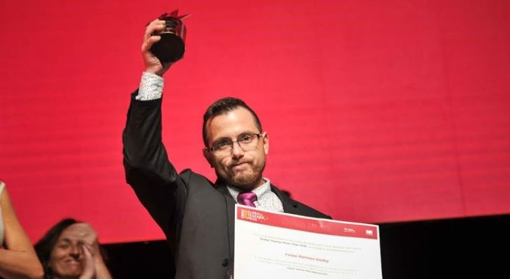 El profesor Felipe Ramírez al momento de recibir el galardón del Global Teacher Prize