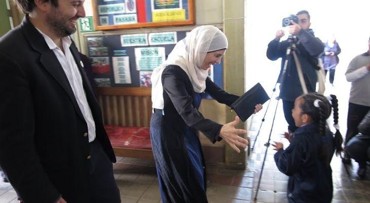 Imagen en la que se ve a la profesora palestina Hanna Al- Hroub a punto de abrazar a una estudiante en Chile