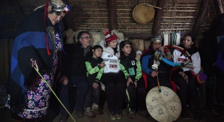 Foto donde sale Maggie MacDonnell junto a Eligio Salamanca y algunos representantes de la comunidad mapuche, durante una visita a la Aracaunía