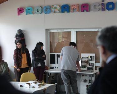 el profesor Esteban instalando la modalidad StartUp en la sala de clases