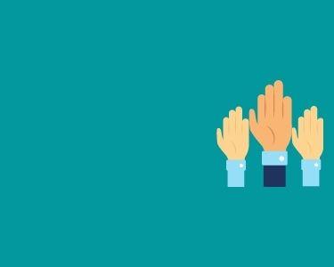 Imagen de 3 manos levantadas, como buscando intervenir en una clase. Una ilustración en alusión al liderazgo distribuido