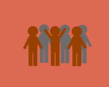 Ilustración de un grupo de personas con 3 que se muestran como líderes, en alusión al liderazgo distribuido