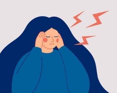 Una niña en tonos azules recibiendo una retroalimentación