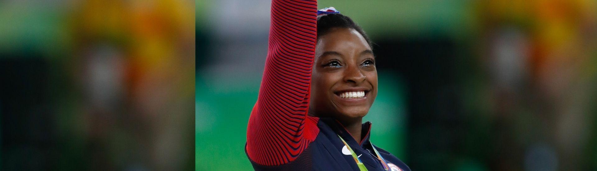 Fotografía donde se ve el rostro sonriente de la gimnasta estadounidense Simon Biles durante los Juegos Olímpicos de Río de Janeiro 2016