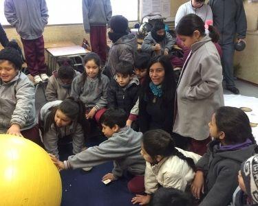 Fotos de Maritza Arias junto a sus estudiantes, con quienes realiza ejercicios matemáticos con astronomía. Fotos cortesía de Maritza Arias.