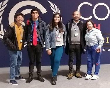 Fotografías del profesor Víctor León en distintos congresos a los que han sido invitados. Imágenes cortesía del profesor.