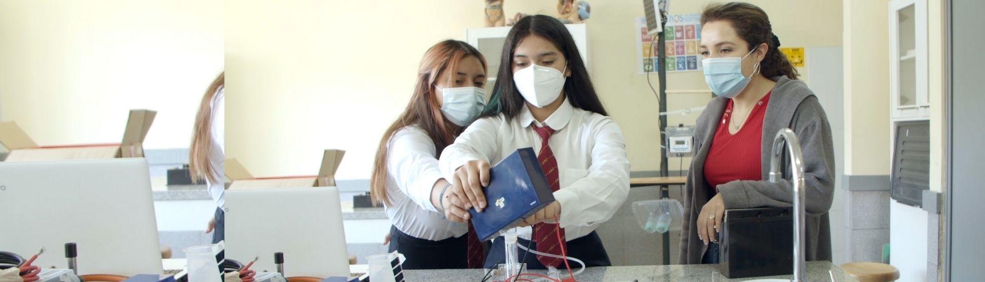 Foto de la profesora Militza Saavedra con dos de sus estudiantes en una clase de innovación. Foto de La Ventana